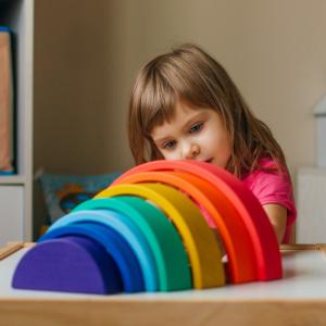Pour Maria Montessori, le jeu fait partie intégrante des apprentissages de l'enfant. Il faut donc lui apporter des jouets adaptés, évolutifs et qu'il peut utiliser en toute autonomie. L'arc-en-ciel de Grimm's est idéal : il l'accompagnera to