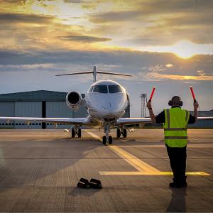 Aérodrome : Mot du glossaire Tête à modeler. Un aérodrome est un terrain spécialement aménagé pour le décollage et l'atterrissage des avions. .
