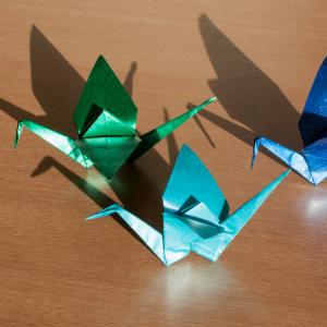 Pour bien comprendre ce mot japonais, il suffit de le découper en deux. « ORU » qui signifie « plier » et « KAMI » qui signifie « Papier ». Origami signifie donc « plier du papier ». Consultez notre dossier pour tout savoir sur cet art ancestral