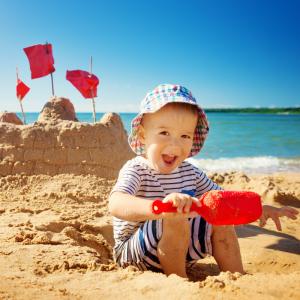 Retrouvez notre liste complète d'idées pour occuper les enfants à la plage avec et sans matériel.