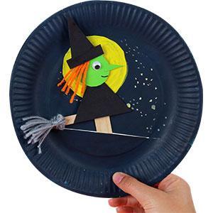 Cette activité complète à tout pour vous plaire ! A la fois une marionnette sorcière mais aussi un joli décor de nuit dans une assiette,