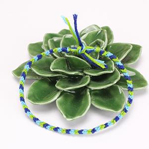 Le bracelet brésilien à 3 fils est le bracelet brésilien le plus facile a faire. Il est parfait pour débuter et sera très drole a realiser en vacances. Il pourra etre porte au poignet ou offert en cadeau a l'occasion d'un anniversaire.