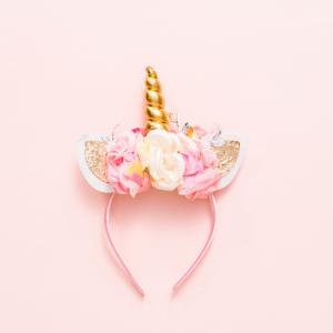 L'accessoire licorne ne se résume pas au serre-tête et sa couronne de fleurs. Vous avez prévu de déguiser votre enfant en licorne ? Quelle bonne idée ! Voici notre sélection d'indispensables pour accessoiriser votre déguisement