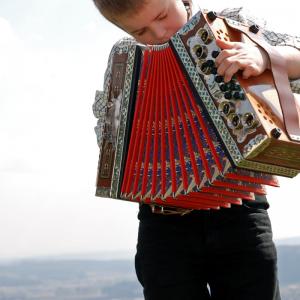 Accordéon : Mot du glossaire Tête à modeler. Un accordéon est un instrument de musique à vent qui possède un soufflet et un clavier.