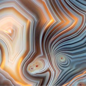 Agate : Mot du glossaire Tête à modeler. L'agate est une pierre très dure formée de couches de couleurs variées.   Activités associées.