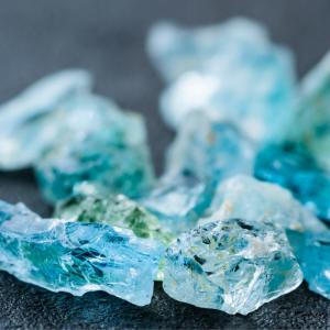 Aigue-marine : Mot du glossaire Tête à modeler. L'aigue-marine est une pierre semi-précieuse de couleur bleu pâle.  Activités associées.