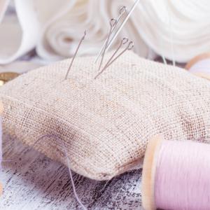 Aiguille : Mot du glossaire Tête à modeler. L'aiguille est une fine tige de métal pointue servant à coudre ou à tricoter. Activités associées.