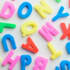 Alphabet: Mot du glossaire Tête à modeler. L'alphabet est l'ensemble des lettres d'une langue classées dans un ordre déterminé. Activités associées.
