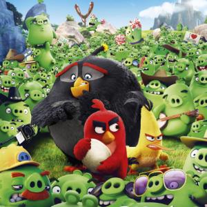 Les Angry Birds se lancent dans une nouvelle aventure, tandis que le roi Leonard, souverain des cochons verts, prend sa revanche sur la bande d'oiseaux après qu'ils aient dévasté son pays natal lors d'une précédente bataille pour récupérer leurs œufs. Pen