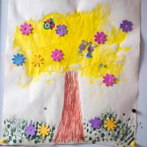 Un tuto pour réaliser avec les enfants une affiche avec un bel arbre de Pâques