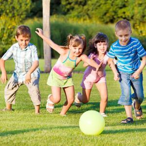 Retrouvez des idées de jeux d'extérieur pour les enfants. Voici des idées de jeux pour jouer avec les enfants ou pour  leur suggérer de jouer dans le jardin ou en plein air. Retrouvez des jeux de ballon, des jeux de jardin ou des idées de chasse au trésor
