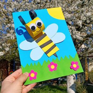Voilà une activité créative pour les enfants qui sent bon le printemps !    Ce bricolage facile basé sur le découpage et le collage permettra aux enfants de créer une abeille en papier mignonne sur un fond printanier à base d'herbe verte, de sole
