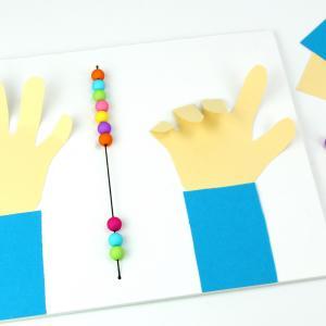 Découvrez une méthode simple d'inspiration Montessori qui va permettre à vos enfants d'apprendre à compter sur ses doigts !    Cette activité facile permettra aux enfants d'apprendre à compter jusqu'à 10.    ASTUCE : pou