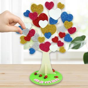 Au cours de cette activité les enfants transformeront un simple arbre en bois en un arbre à coeurs super mignon.    Un bricolage facile qui permettra de fabriquer un joli cadeau à moindre coût pour la fête des mères!