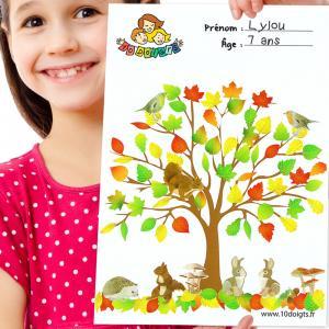 Découvrez une activité facile de collage de gommettes pour l'automne.  Imprimez notre motif d'arbre afin que les enfants puissent y ajouter des feuilles dans un premier temps puis des animaux et plantes de la forêt !    Une activité manuell