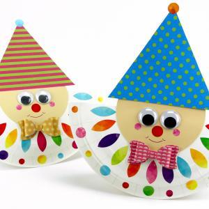 Découvrez un bricolage facile et amusant à faire avec les enfants pour le carnaval !    Grâce à une assiette en carton, du papier et des jolies gommettes nous allons fabriquer des arlequins mignons et plein de couleurs.