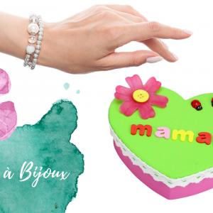 Voici une activité facile qui permettra aux plus petits de fabriquer une jolie boite à bijoux pour la fête des mères avec un peu de peinture et des accessoires plein de couleurs.    Un cadeau mignon et utile fabriqué avec amour par les enfants pour l