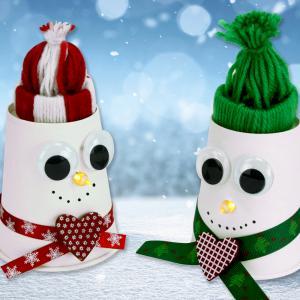 Découvrez aujourd'hui une activité de Noël 2-en-1 à faire avec les enfants :  - fabriquer un bonhomme de neige lumineux avec un gobelet en carton et une bougie LED  - confectionner des petits bonnets en laine tout mignons    Un bricolage