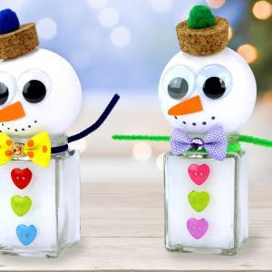 Dans cette activité créative de Noël nous allons fabriquer des bonhommes de neige mignons grâce à des pots en verre, des boules en polystyrène et plein de petits accessoires colorés.    Ces petits bonhommes faciles à fabriquer viendront comp