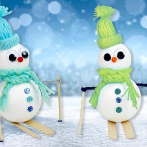 Aujourd'hui nous allons fabriquer des bonhommes de neige skieurs avec des boules de polystyrène et de la laine. Vous aviez peut être déjà appris à fabriquer un bonnet en laine dans un de nos précédents tutoriels, on vous a donc confectionné un petit a