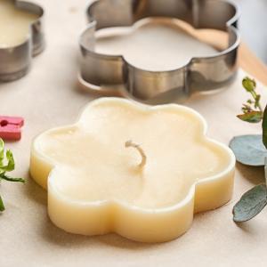 Fabriquez vous-même de magnifiques bougies pour offrir à vos proches pendant les fêtes de Noël. Un cadeau personnalisé qui plaira à coup sur et impressionnera vos amis et votre famille !