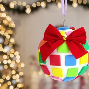 Un bricolage de Noël facile que les enfants vont adorer : fabriquer sa propre boule de Noël ! Une boule en polystyrène, des mosaïques en caoutchouc, un peu de colle, un noeud, du ruban et le tour est joué.    Une jolie boule de Noël pleine de