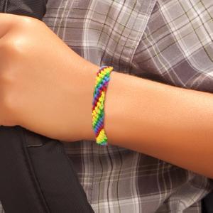 Dans ce nouveau tutoriel, nous vous proposons d'apprendre à fabriquer le célèbre bracelet brésilien aussi appelé bracelet d'amitié !    Attachez ce bracelet d'été autour du poignet de l'enfant et demandez lui de faire un voeu. On dit