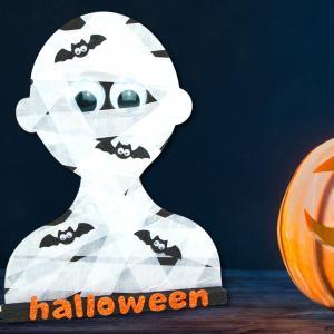 """Pour Halloween, nous vous proposons de réaliser cette nouvelle activité manuelle qui consiste à réaliser un buste de momie !    Décoré avec deschauves-souris et le mot """"Halloween"""" ce bricolage complétera parfaitement votre décoration pour Halloween."""