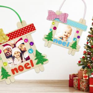 Avec 8 bâtons d'esquimaux et quelques accessoires vous allez pouvoir fabriquer un adorable cadre et l'accrocher dans le sapin de Noël.  Une activité manuelle amusante et facile à faire avec les enfants pour Noël !