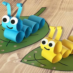 Un bricolage super amusant à faire avec les enfants.  Pour fabriquer ces petites chenilles de toutes les couleurs les loulous utiliseront simplement des feuilles de papier, une paire de ciseaux, un marqueur noir et une perforatrice.
