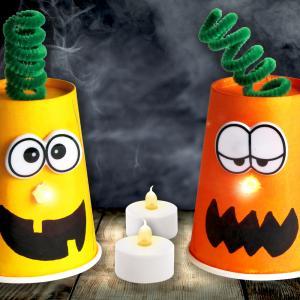 Avec un gobelet et une bougie électrique les enfants pourront créer facilement de jolies citrouilles lumineuses pour Halloween !    Lors de cette activité ils mélangeront des encres de dessin afin de créer la teinte orangée parfaite pour leur
