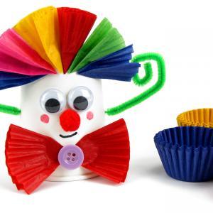 Dans cette activité créative nous allons utiliser des gobelets en carton ainsi que des caissettes en papier afin de fabriquer des clowns rigolos et hauts en couleurs !    Un bricolage facile et amusant à faire avec les enfants dès le plus jeune
