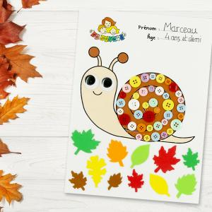 Découvrez une activité facile basée sur le coloriage et le collage.  Imprimez notre motif escargot afin que les enfants puissent le colorier dans un premier temps pour ensuite le décorer en collant des feuilles d'arbre en caoutchouc aux couleurs de