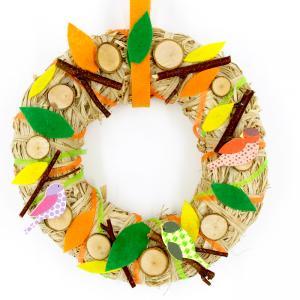 Une activité d'automne facile à base de découpage et collage qui permettra aux enfants de fabriquer une jolie couronne garnie de branches, feuilles, rondelles de bois et de petits oiseaux.    Un bel objet déco que les enfants pourront accroc
