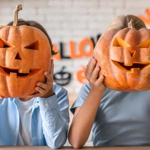 Dans ce nouveau tutoriel spécial Halloween, découvrez comment parfaire votre décoration d'Halloween en famille en créant une lanterne citrouille avec notre super kit d'outils.    Attention : Sculpter une citrouillenécessitera l'encadreme