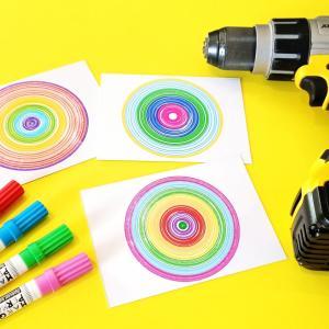 Voici une petites expérience amusante et facile que les parents pourront faire avec les enfants afin de dessiner des jolis cercles colorés !    Pour cela vous aurez simplement besoin d'une visseuse (ou perceuse), de papier blanc épais, quelques f