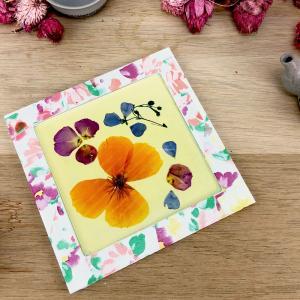 Faites sécher les fleurs du jardin pour réaliser ce joli dessous de plat estival et poétique ! Une bonne occasion de garder un souvenir de vos ballades dans la nature .