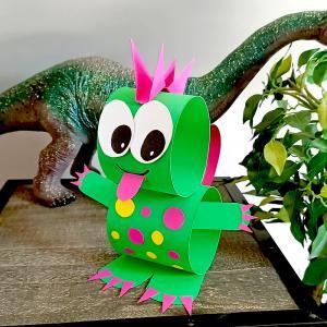 Lors de ce bricolage les enfants apprendront à fabriquer un dinosaure rigolo en utilisant simplement quelques feuilles de papier, une paire de ciseaux et un tube de colle !