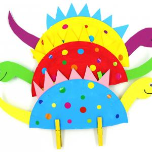 Dans cette nouvelle activité manuelle, vous allez découvrir comment fabriquer des dinosaures colorés avec des assiettes en carton.    Peinture, découpage et collage sont au programme de ce bricolage, idéal pour développer la créativité et la dextérit
