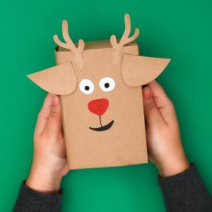 Fabriquez un emballage cadeau rigolo en tête de renne. Très facile à faire avec les enfants, cette idée peut-être réalisée également sur d'autres motifs, comme une tête de bonhomme de neige, ou de père Noël.