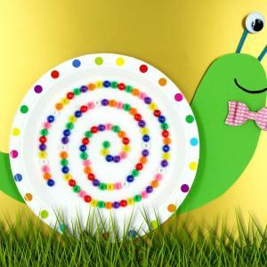 Un bricolage facile et amusant qui permettra aux enfants de fabriquer un escargot rigolo en utilisant une assiette en carton, des perles et du papier.    Cette activité ludique qui combine découpage et collage est accessible dès le plus jeune âge !