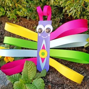 Découvrez aujourd'hui une astuce simple pour fabriquer des jolis papillons plein de couleurs avec des bandes de papier.    Une activité créative facile qui allie découpage et collage à faire avec les enfants dès l'âge de 5 ans !