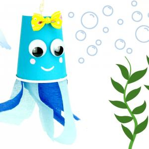 Voilà un bricolage d'été sur le thème de la mer que les enfants vont adorer !  Lors de cette activité créative les enfants apprendront à fabriquer des jolies méduses colorées en utilisant des gobelets en carton, de la peinture et du papier crépon.