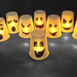 Pour Halloween nous allons fabriquer des petits fantômes qui brillent dans le noir.  Tout cela grâce à des gobelets en carton, des bougies LED et une astuce toute simple !  Une activité simple et rapide que les enfants vont adorer.    Découvrez n
