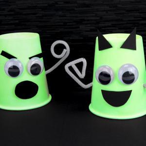 Une activité facile pour Halloween qui permettra aux enfants de fabriquer des petits fantômes en utilisant des gobelets en carton et de la peinture phosphorescente. Ce bricolage amusant permettra de fabriquer des décorations d'Halloween originales qui