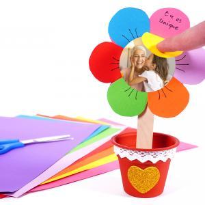 Voilà un super bricolage plein d'amour à faire avec les enfants ! Dans cette activité nous allons réaliser une fleur en papier cachant de jolies messages planter dans un petit pot en plastique.  Un cadeau original qui plaira à coups sûr pour