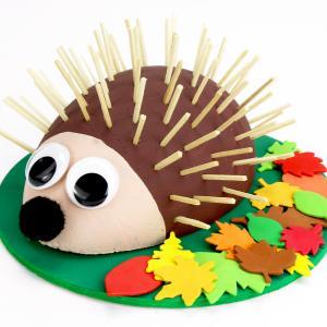Découvrez une activité amusante à faire avec les enfants pour l'automne !  Grâce à un demi-oeuf en polystyrène, de la peinture et des allumettes en bois nous allons fabriquer un hérisson trop mignon.    Un bricolage facile qui sera idéal pour d