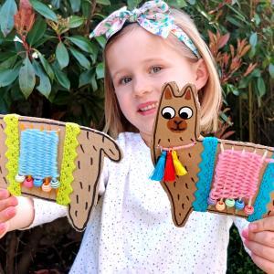 Grâce à cette activité nous allons donner une seconde vie à nos emballages en carton!    Avec un morceau de carton, de la laine, quelques perles, des pompons et des feutres les enfants pourront s'amuser à fabriquer des jolis lamas coloré