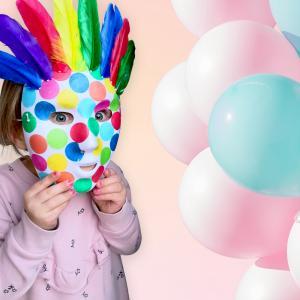 Créez votre propre masque super coloré pour le carnaval.  Quelques plumes, des confettis en papier de soie et les enfants seront prêt pour mardi gras.    Une activité idéale pour les enfants !
