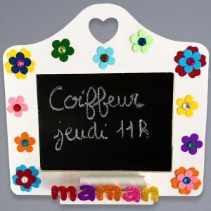 Cette année, décorez ce magnifique mémo avec de la peinture, des fleurs et des strass plein de couleurs pour l'offrir à l'occasion de la Fête des mères. Les mamans pourront accrocher ce mémo dans la cuisine pour y noter les choses importantes à ne pas ou